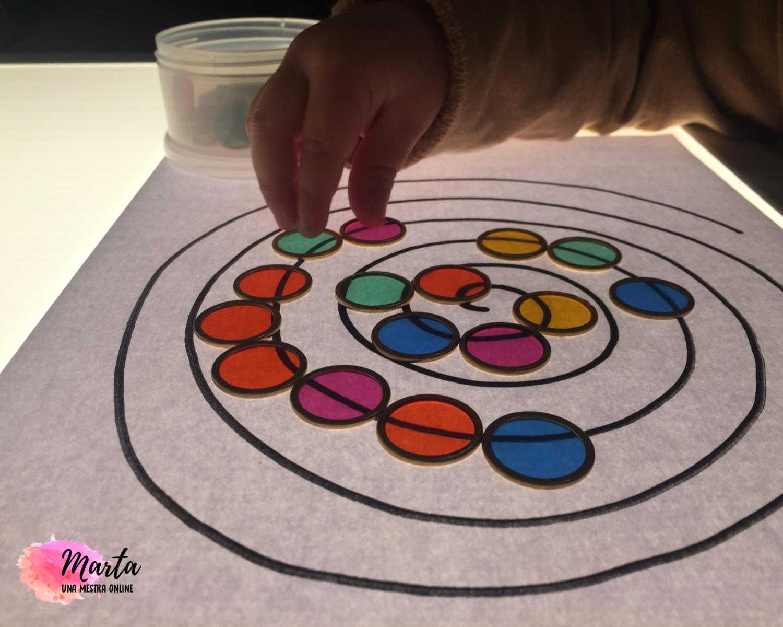 Jocs educatius amb fitxes de colors