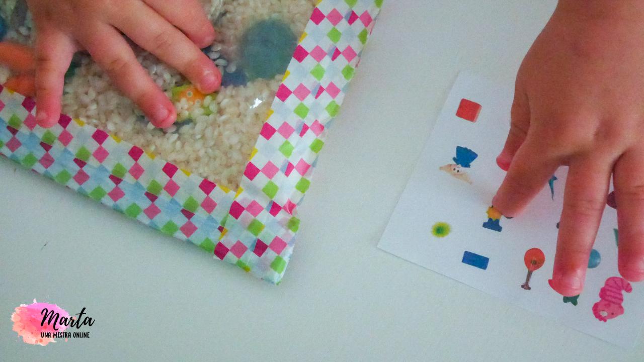 nen jugant amb bossa d'arròs i joguines amagades dins